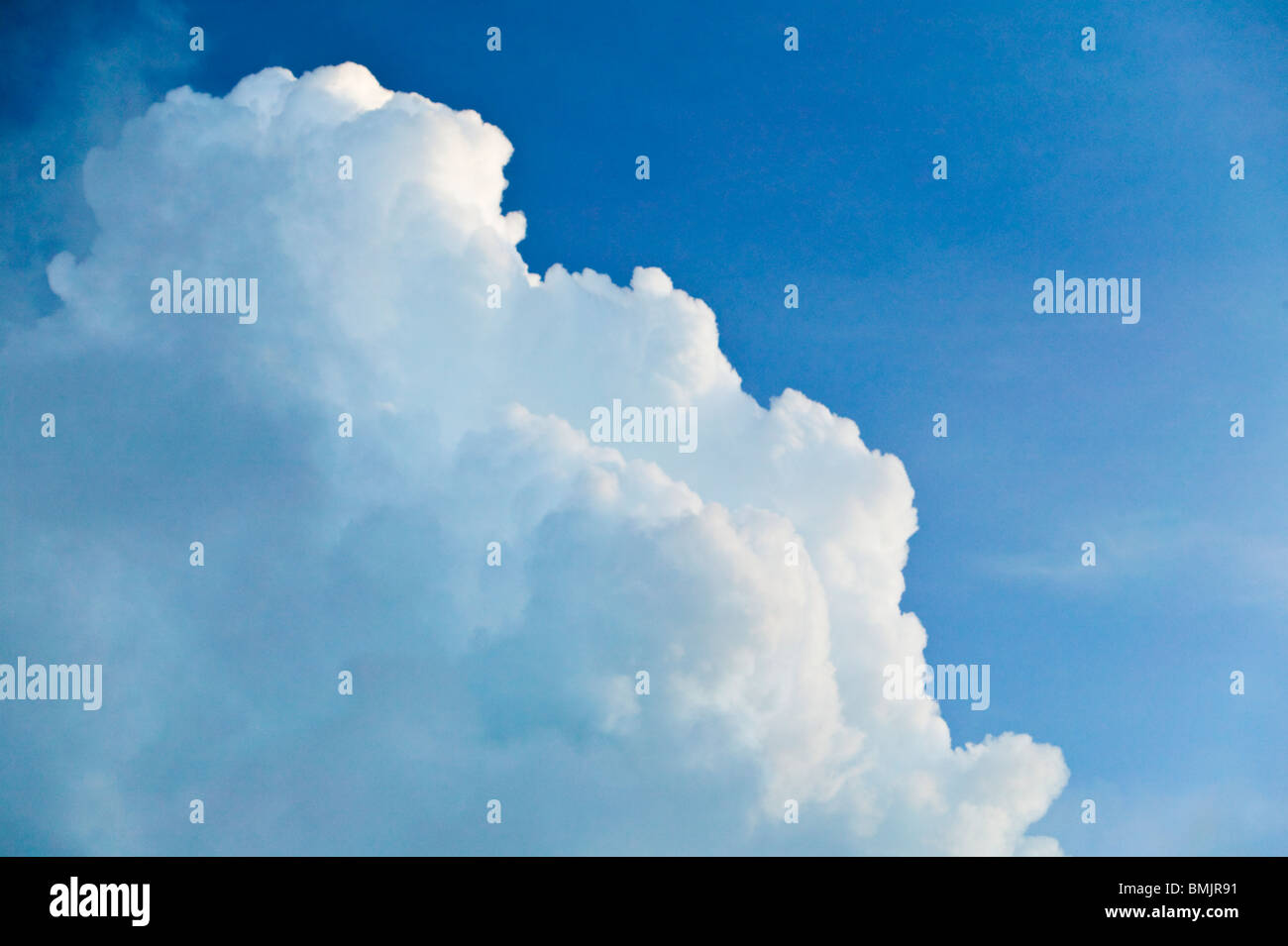Weiße Wolken und blauer Himmel Stockbild