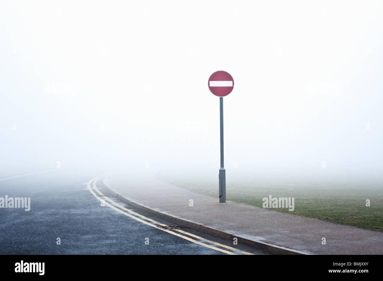 Verkehrszeichen mit kein Eintrag im Nebel Stockbild