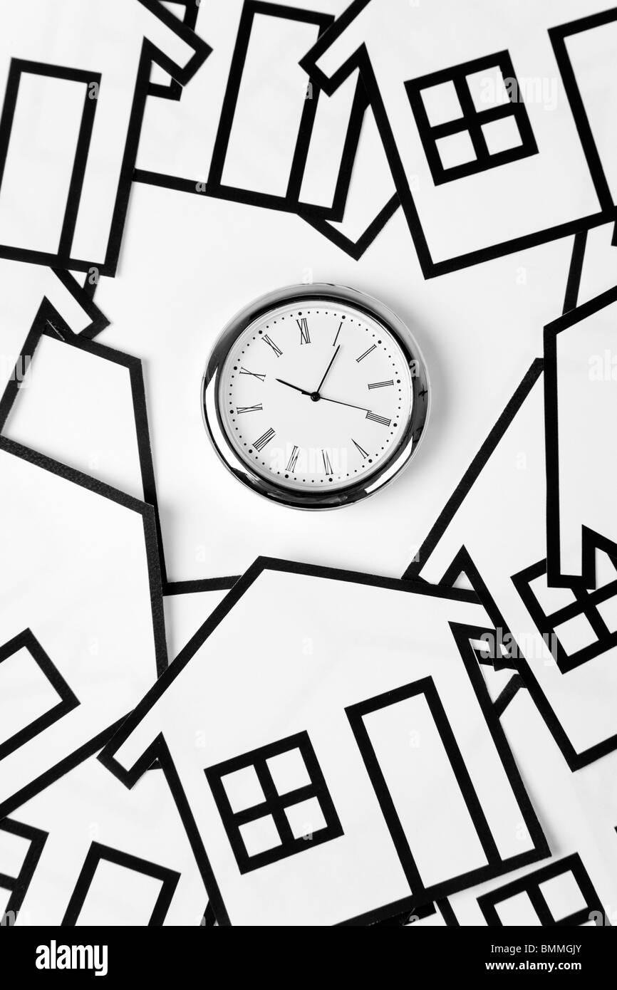 nach Hause Zeichen und Uhr, Immobilien-Konzept Stockbild