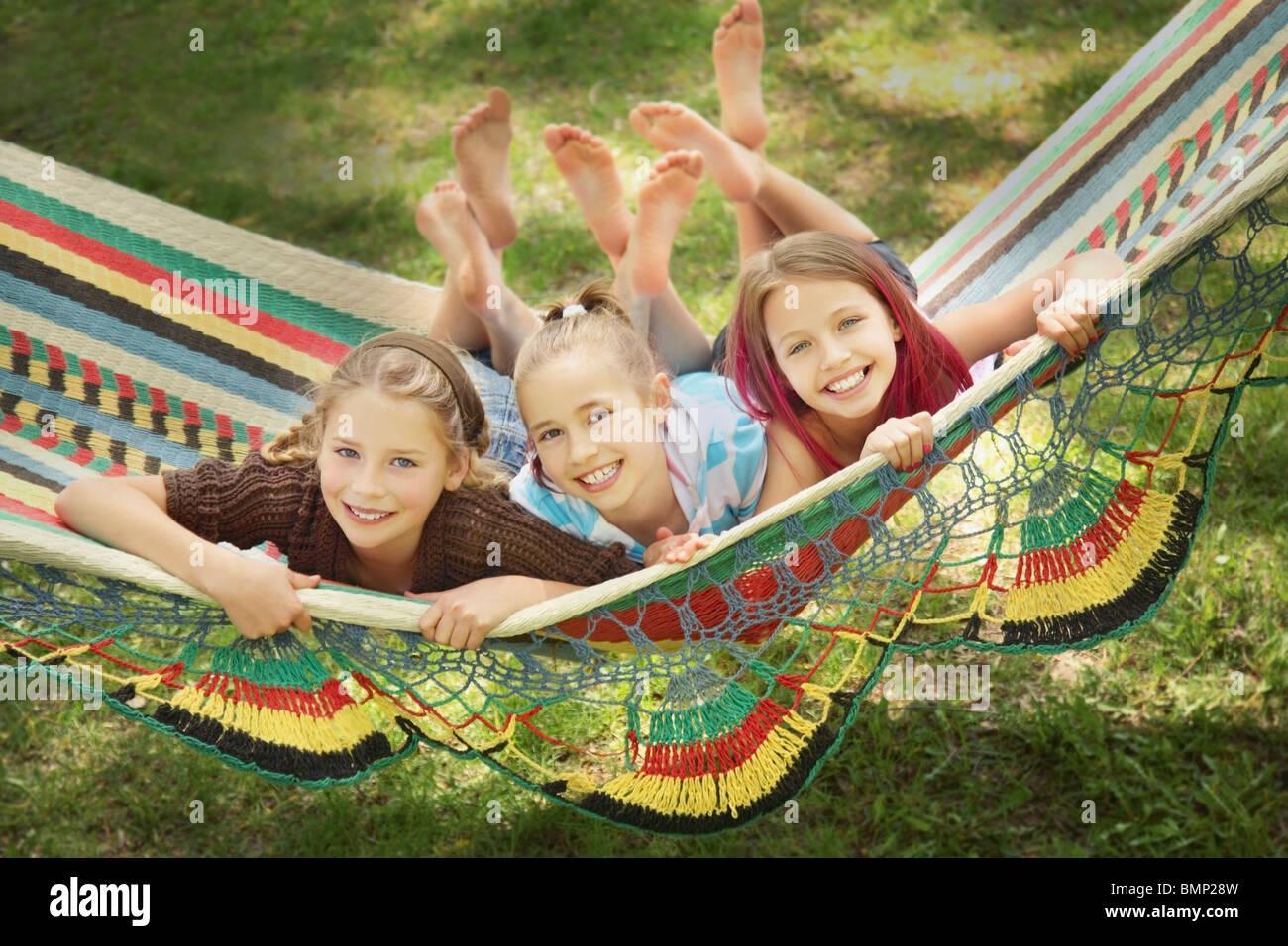 Edmonton, Alberta, Kanada; Drei Mädchen In einer Hängematte zu legen Stockbild