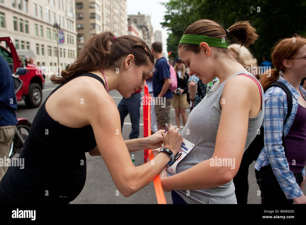 Eine schwangere Kara Goucher (USA) unterzeichnen ein Autogramm für einen anderen Läufer in der 2010 New Stockbild