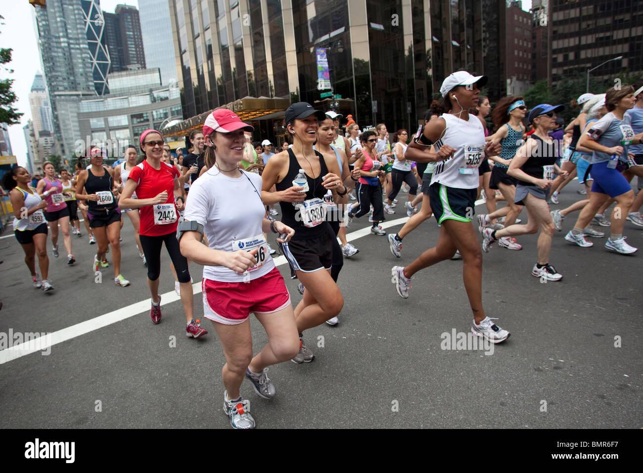 Konkurrenten der Frau die nur 2010 NY Mini 10K Stockbild