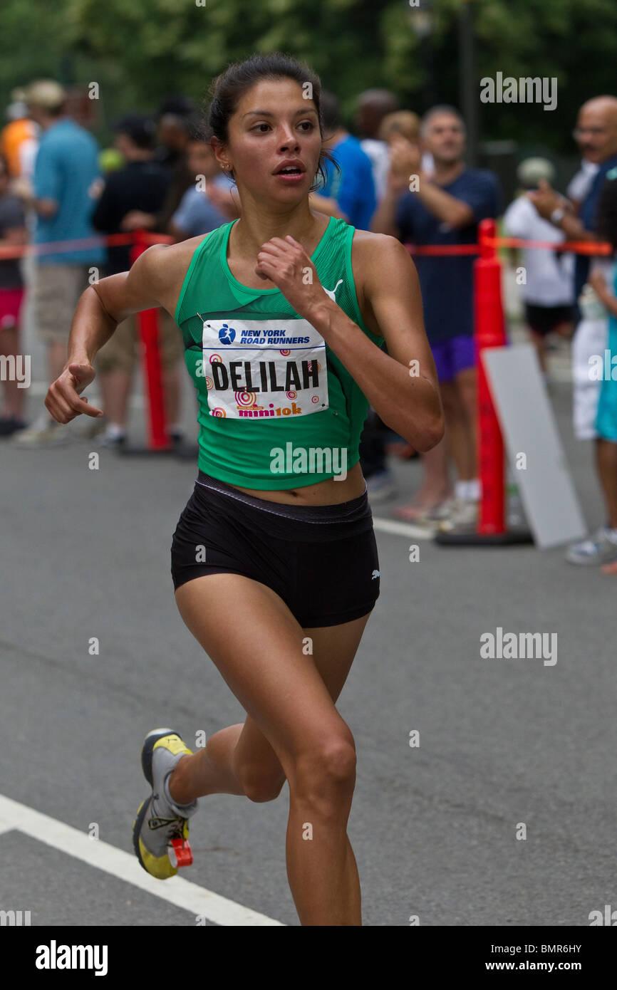 Läufer im Wettbewerb 2010 New York Mini 10K. Stockbild