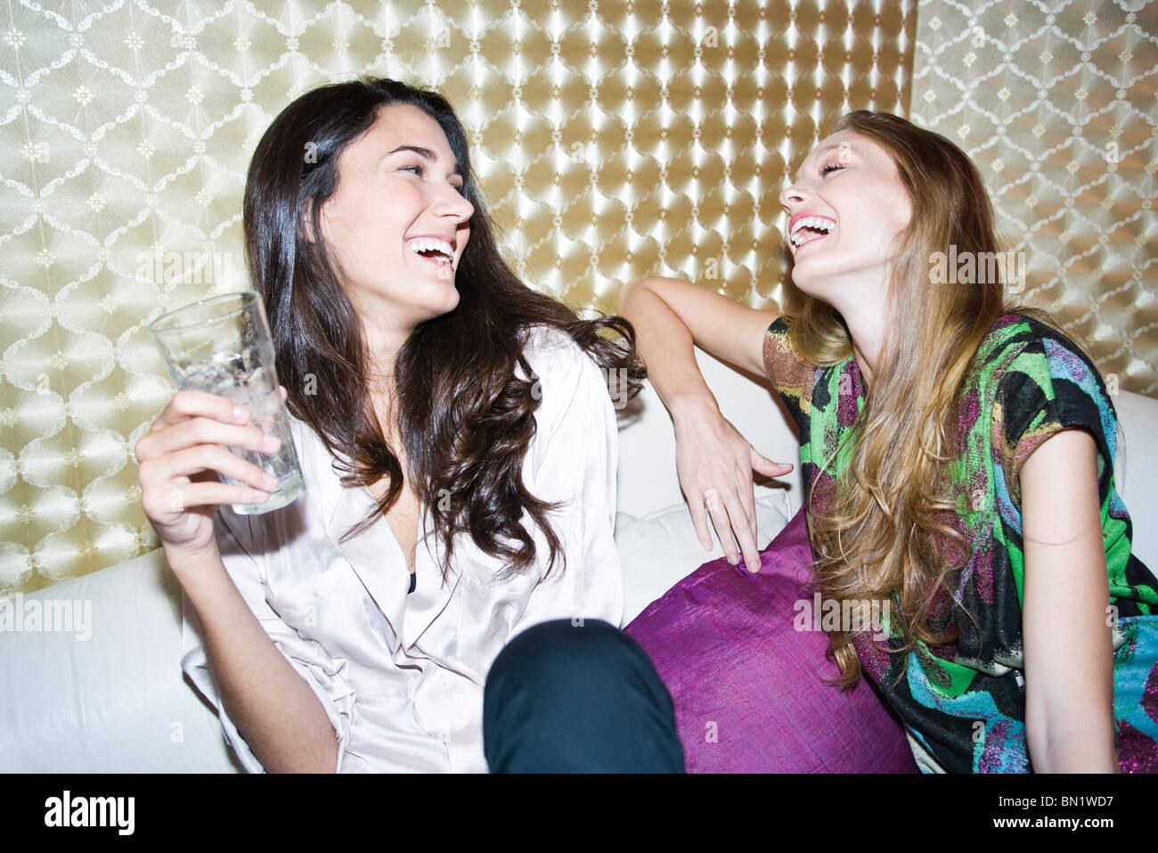 Freunde, die zusammen lachen Stockbild