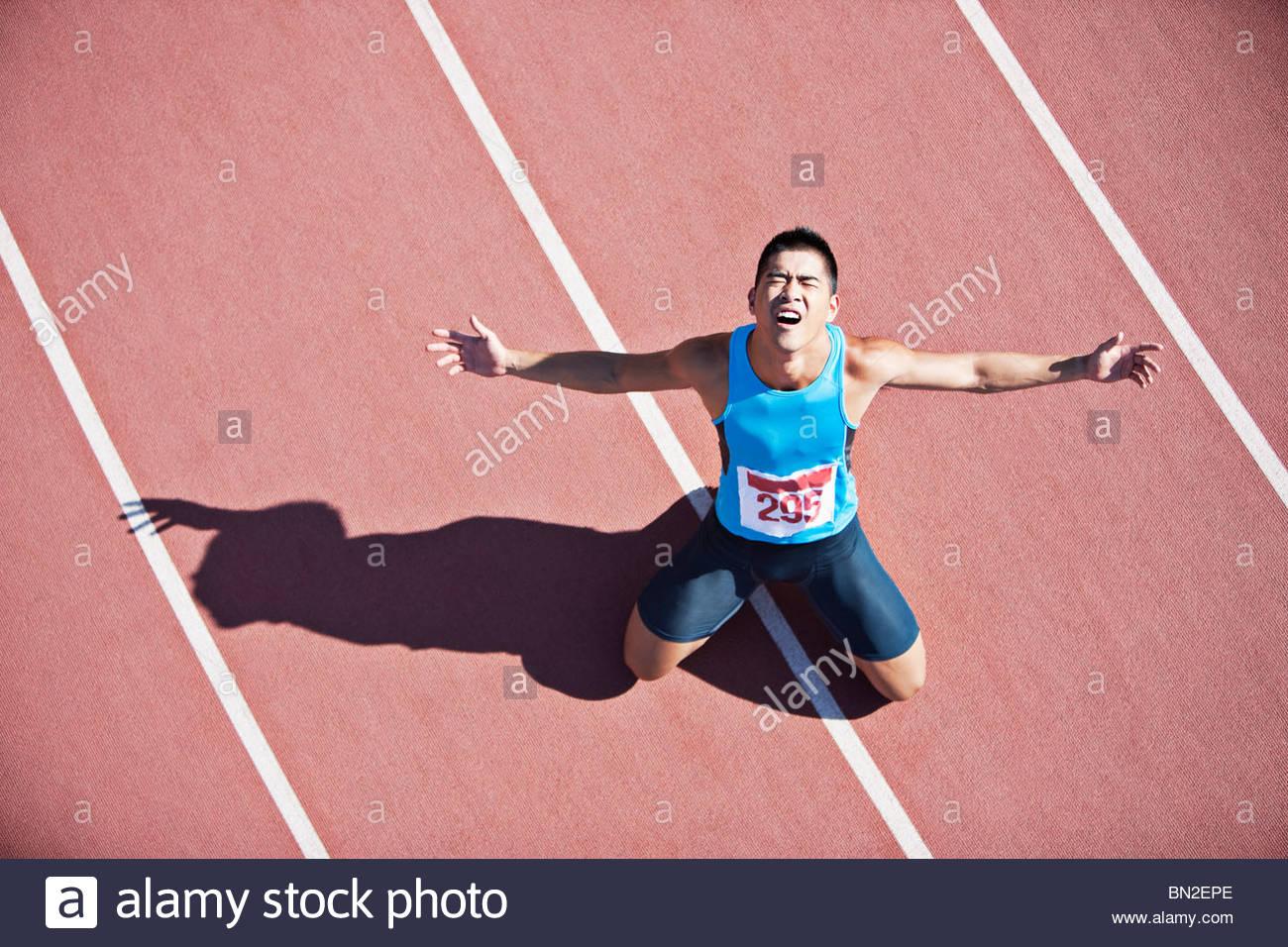 Enttäuscht Läufer kniend auf dem richtigen Weg Stockbild