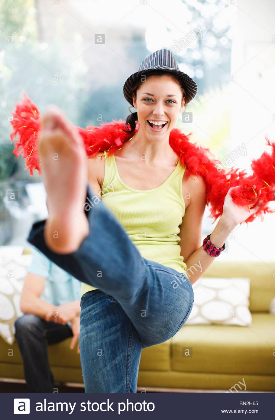 Frau tanzt in Hut und Federboa Stockfoto
