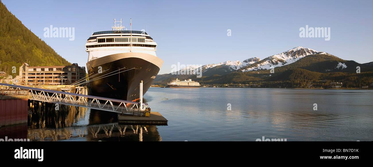 Holland America Kreuzfahrtschiff, Amsterdam, verankert in der Innenstadt von Juneau am Gastineau Channel, Juneau, Stockbild