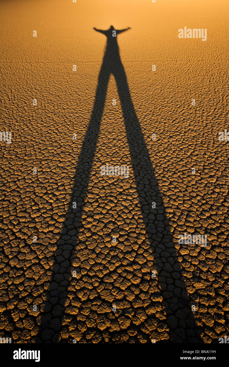 Person Shilouette am Racetrack Playa Death Valley Nationalpark Stockbild