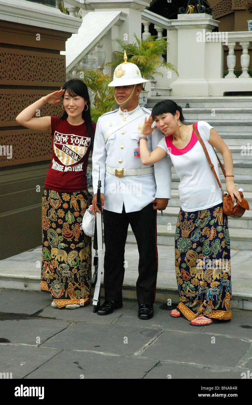 Gut gelaunt Royal Guard Posen mit den Besuchern des Grand Palace Bangkok Thailand Stockbild