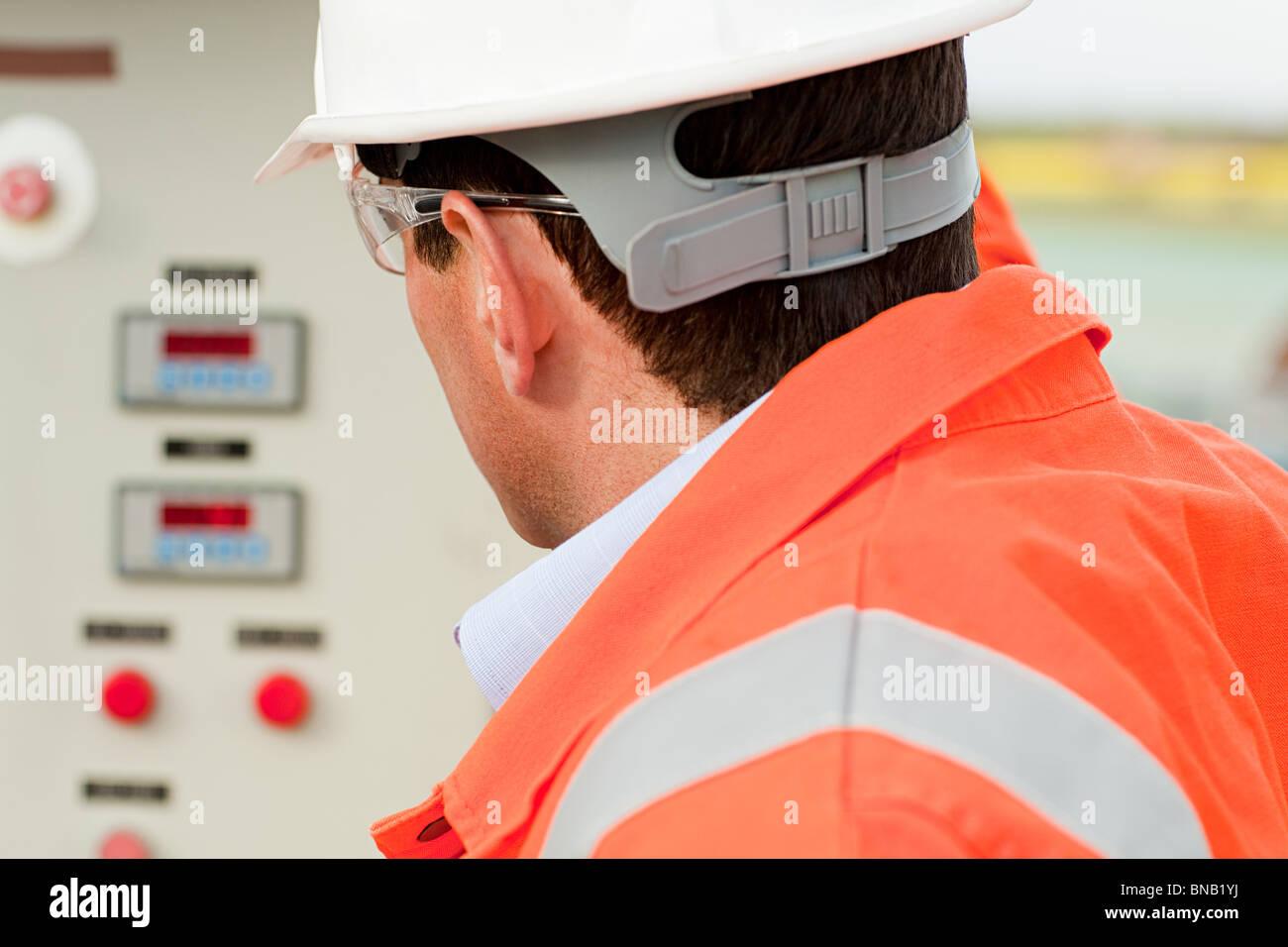 Ingenieur, Blick auf Systemsteuerung Stockbild