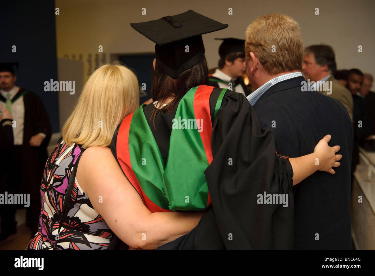 Rückansicht eines Studenten mit ihren Eltern in Aberystwyth University Graduation Day, Wales UK Stockfoto