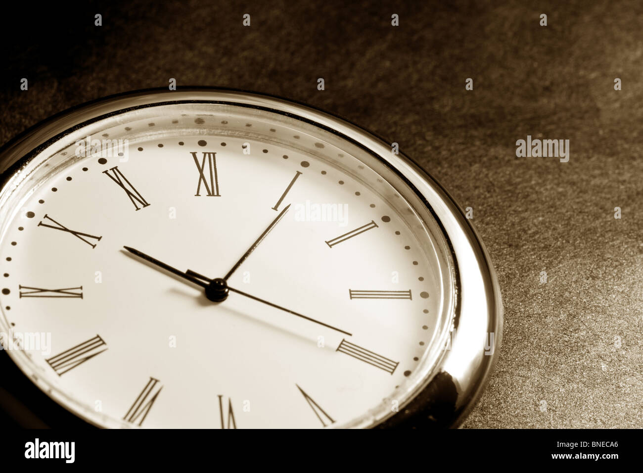 Uhr hautnah mit dunklem Hintergrund Stockbild