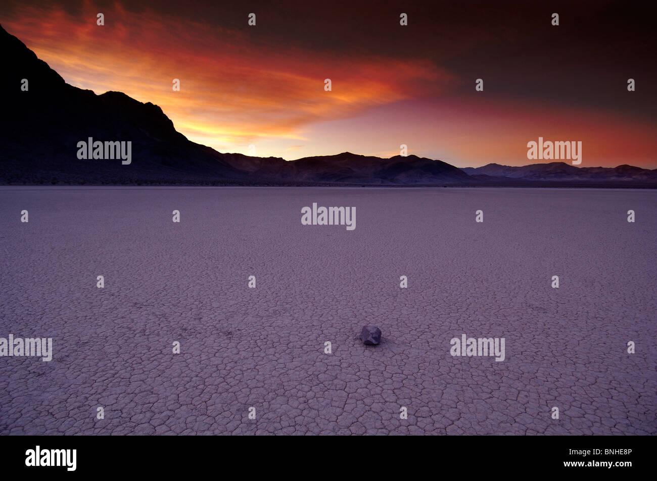 USA-California-Rennstrecke bei Dämmerung Death Valley Nationalpark Segeln Stein trocken Seenlandschaft Landschaft Stockbild