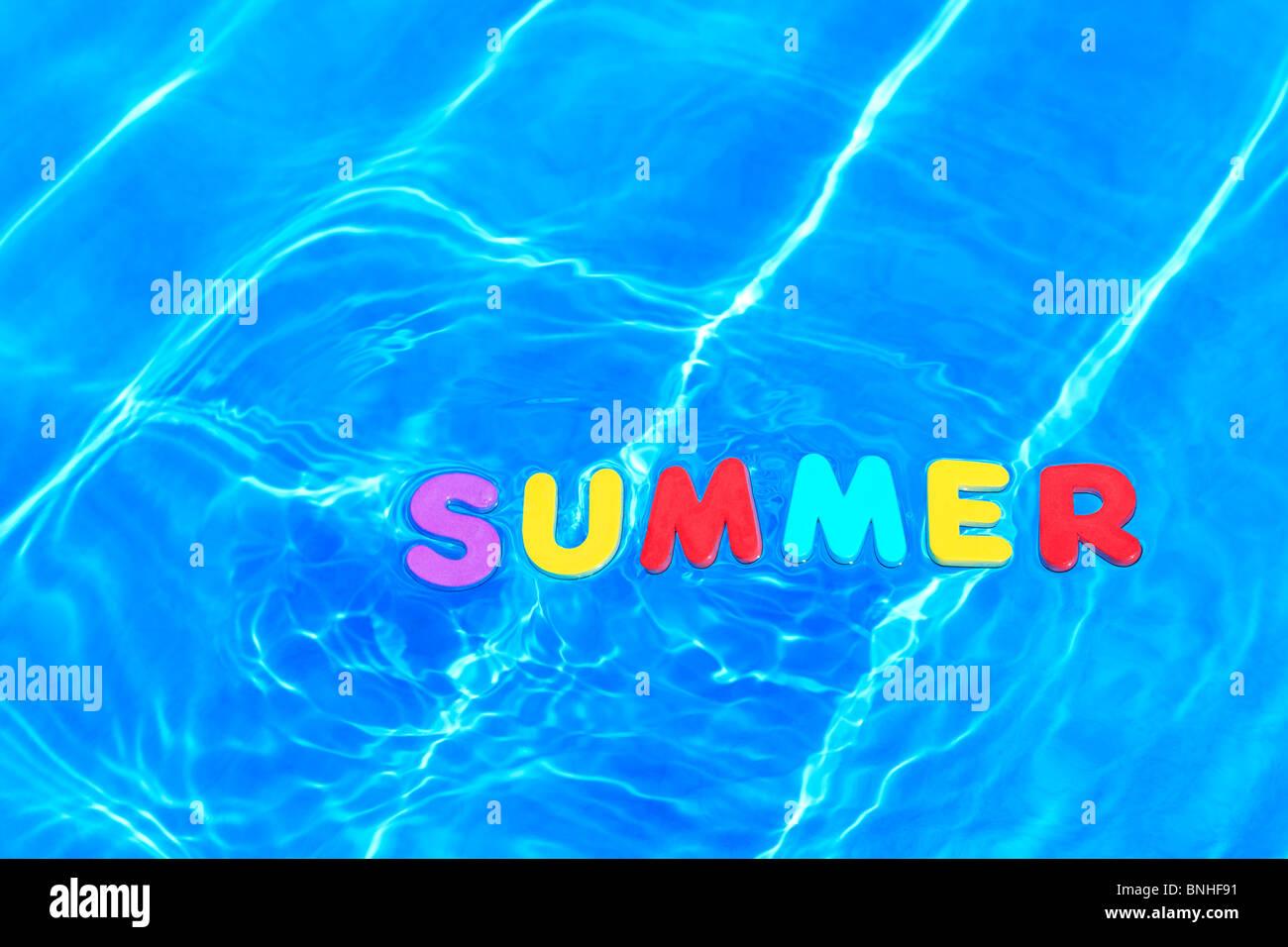 Foto des Wortes Sommer aus Schaum Buchstaben im Wasser auf der Oberfläche eines Schwimmbades hergestellt. Stockbild