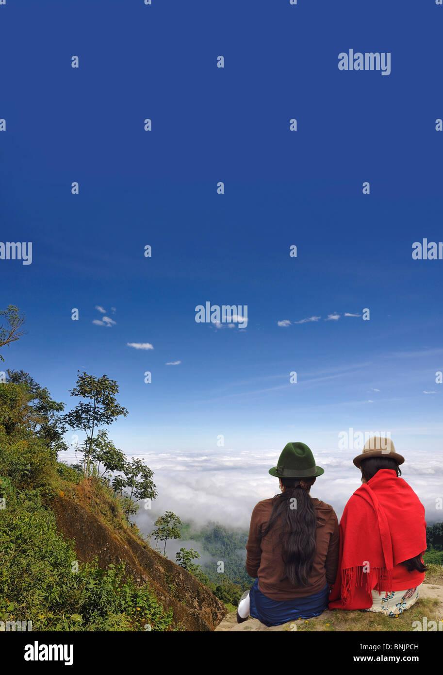 Wolken-Wald Nebel in der Nähe von Puerto Inca Ecuador Südamerika reisen Menschen 2 Indios Hüte Stockbild
