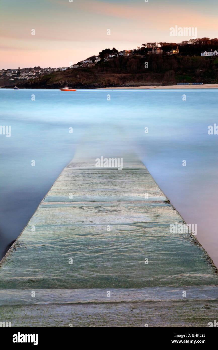 St Ives; Wellen über die Slipanlage; Cornwall; Langzeitbelichtung; Bewegungsunschärfe Stockbild