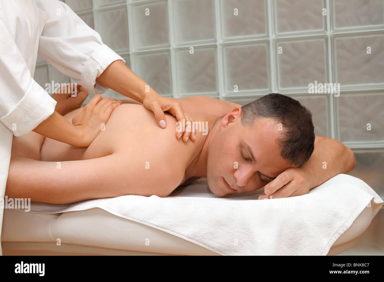 Mann immer eine entspannende Massage im Wellness-salon Stockbild