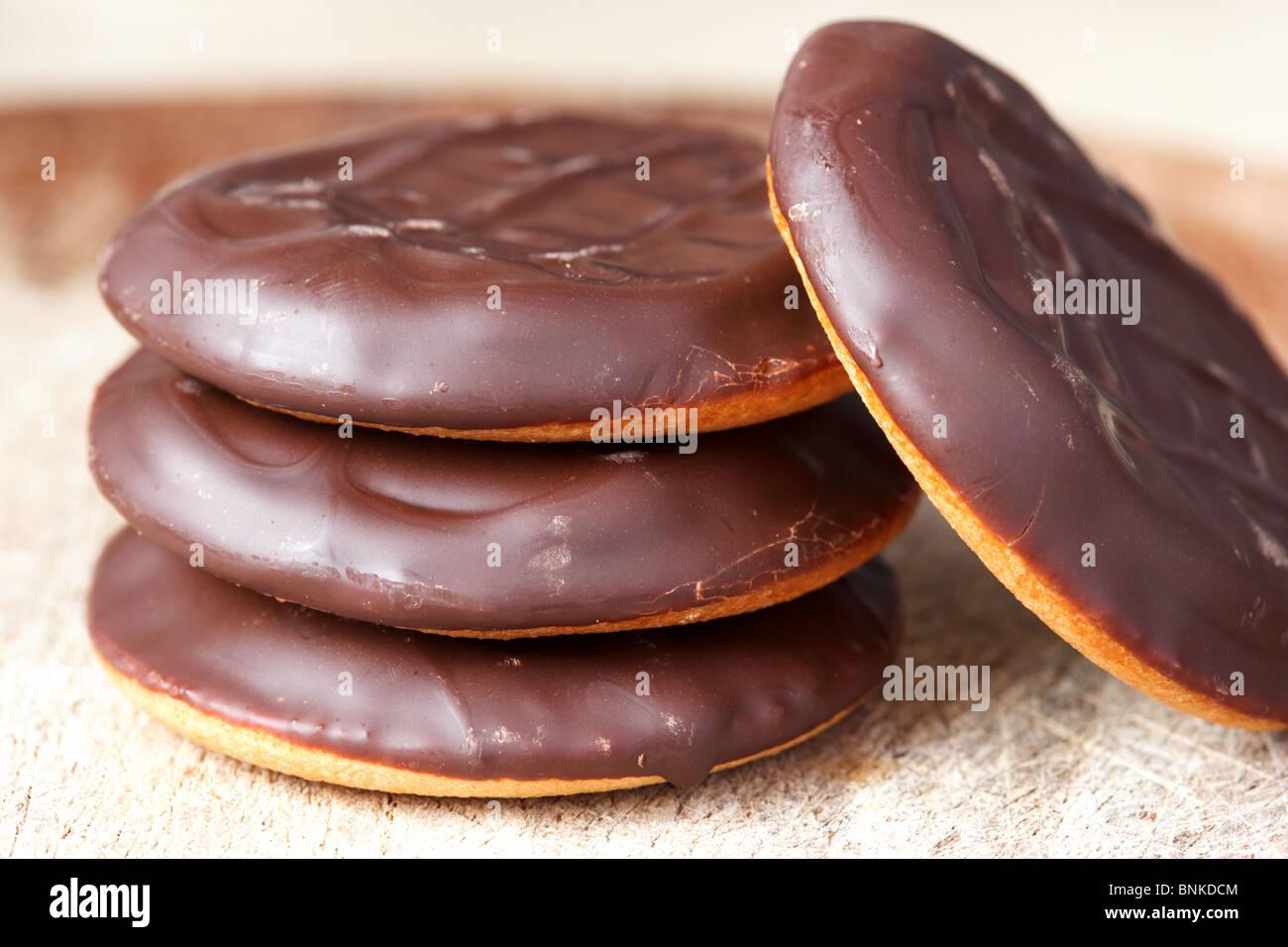 Haufen von Schokolade bedeckt billige Jaffa Kuchen Stockbild