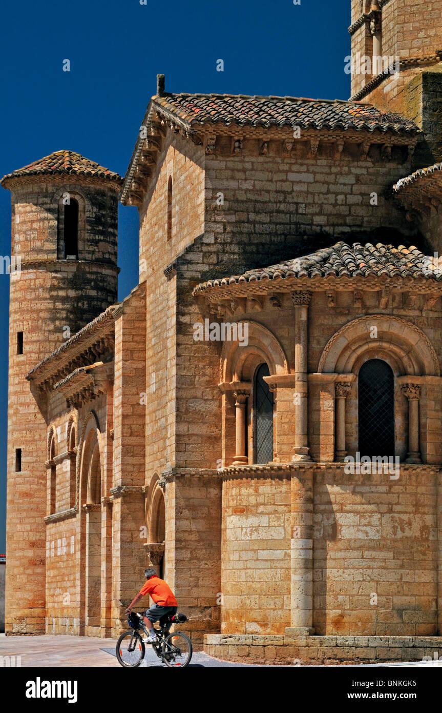 Spanien, Jakobsweg: Biker vor der Kirche San Martin in Fromista Stockbild