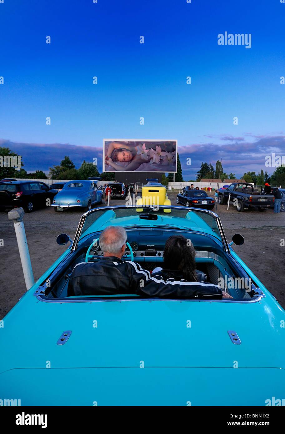 Mann Frau paar Oldtimer 1955 T-Bird Motor Vu fahren In Dallas Oregon USA Kino Parken Stockbild