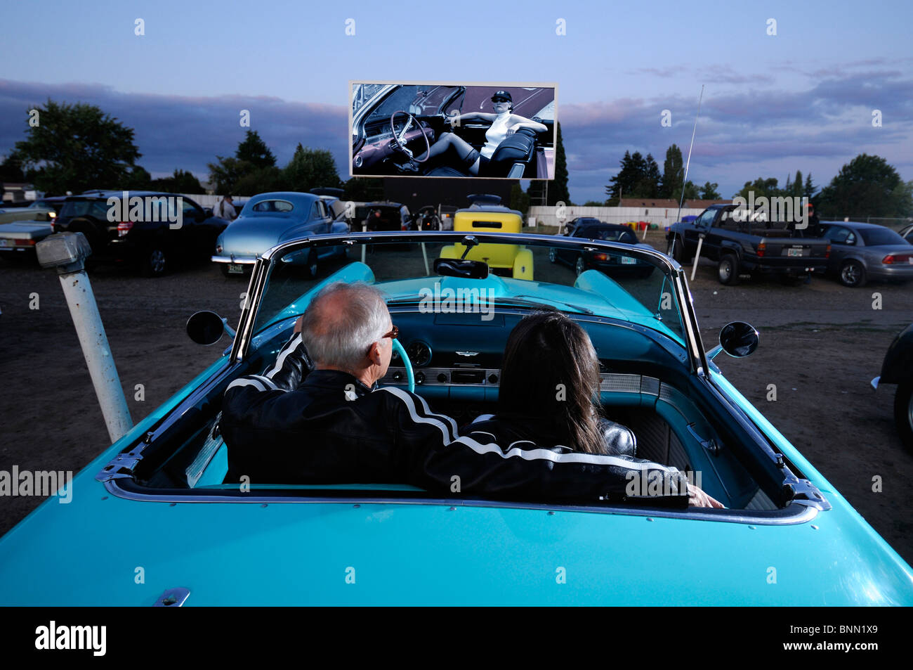 Mann Frau paar Oldtimer 1955 T-Bird Motor Vu fahren In Dallas Oregon USA Kino parken, Stockbild