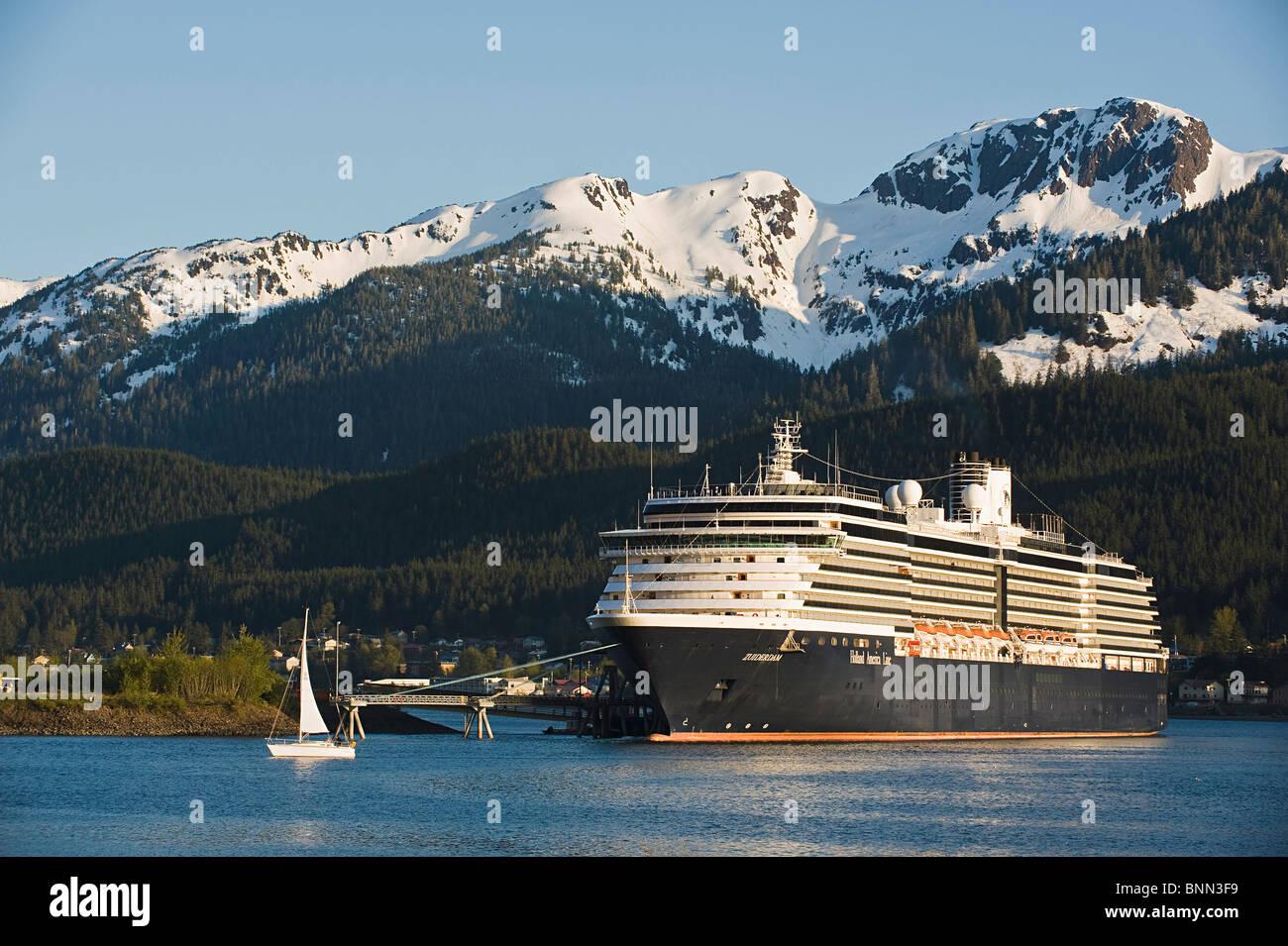 Ein Segelboot geht vor der angedockten Holland America Line Kreuzfahrt Schiff/n'Zuiderdam ' in Gastineau Stockbild