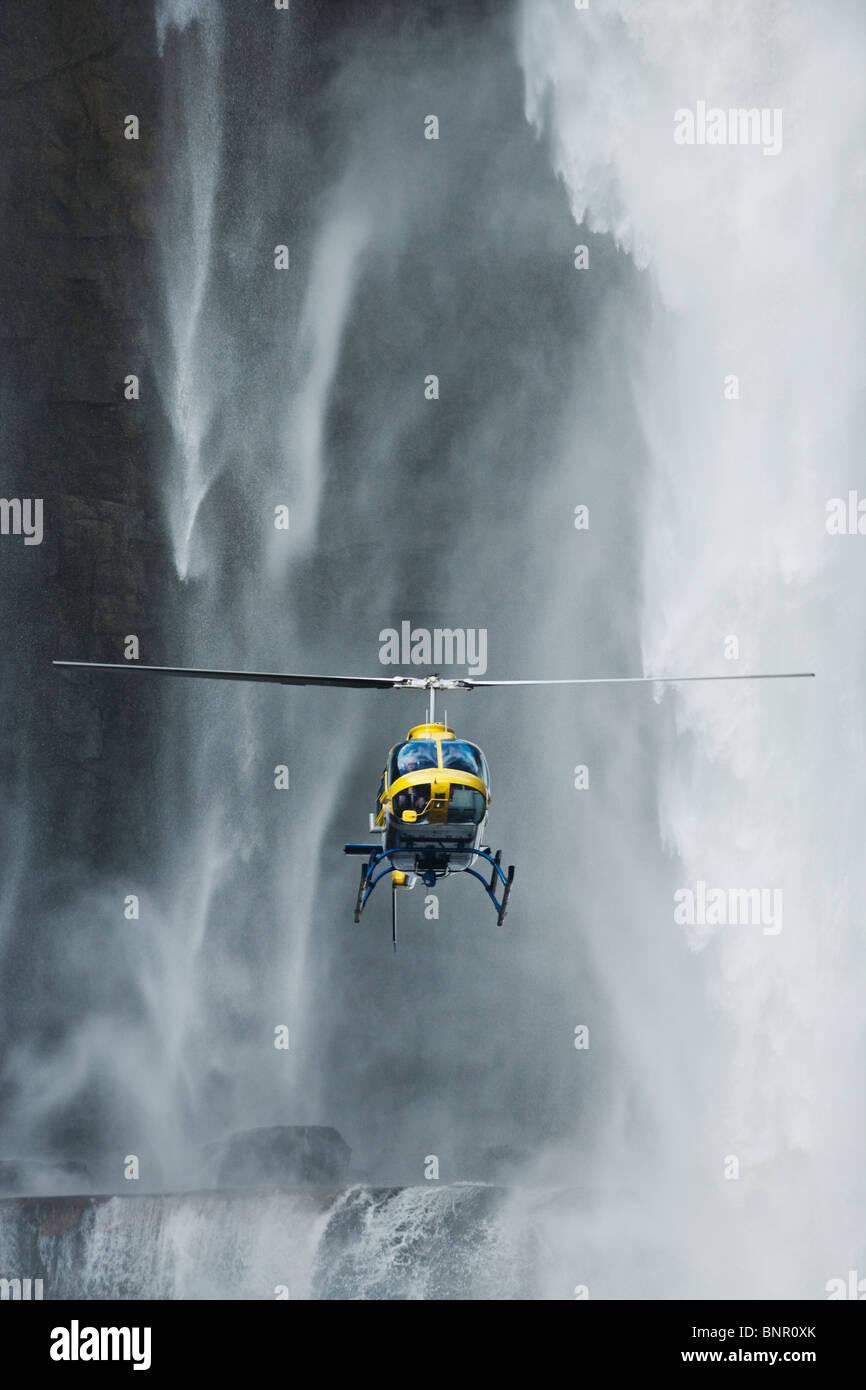 Hubschrauber fliegen vor Aponwao Wasserfall Venezuela Stockbild