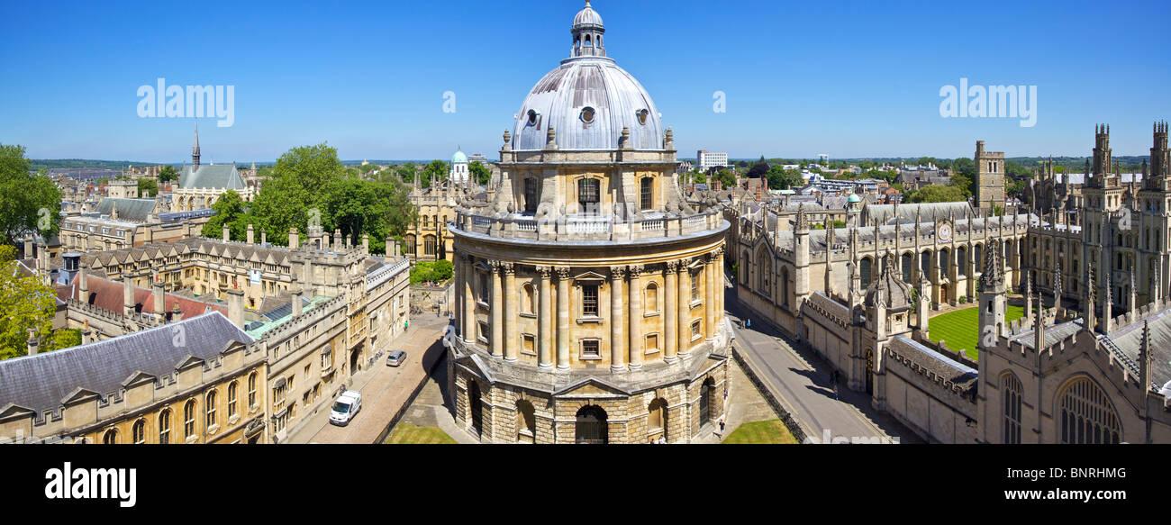 Panoramablick auf die Radcliffe Camera in Oxford in England von der Turm von St. Mary Church Stockbild