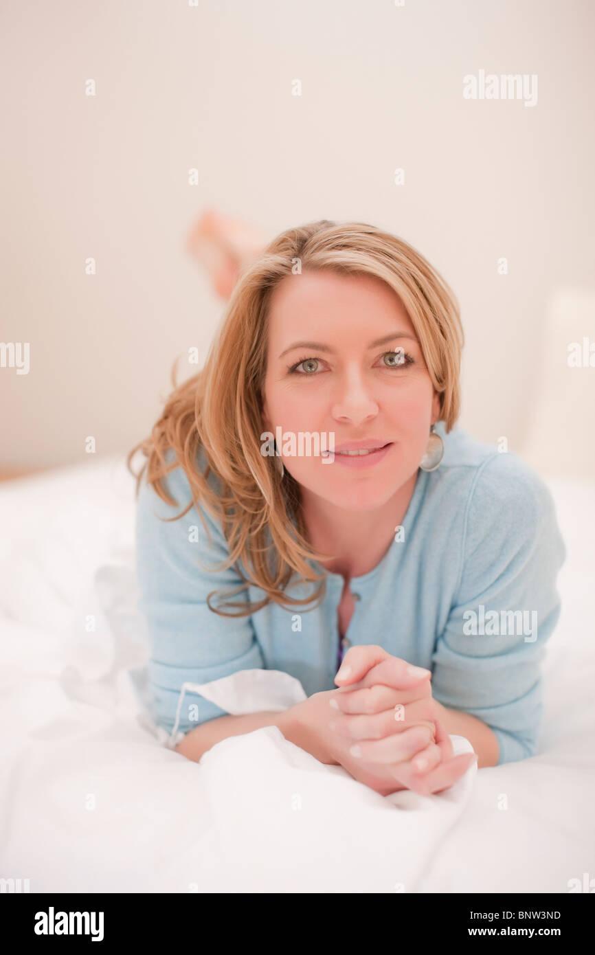 Entspannte Frau liegend Stockbild