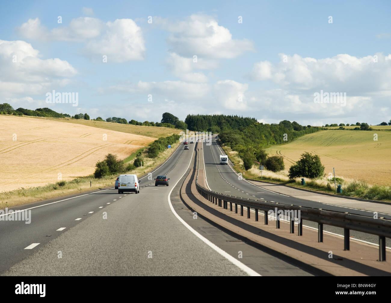 Autos auf einer zweispurigen Straße in Großbritannien Stockbild