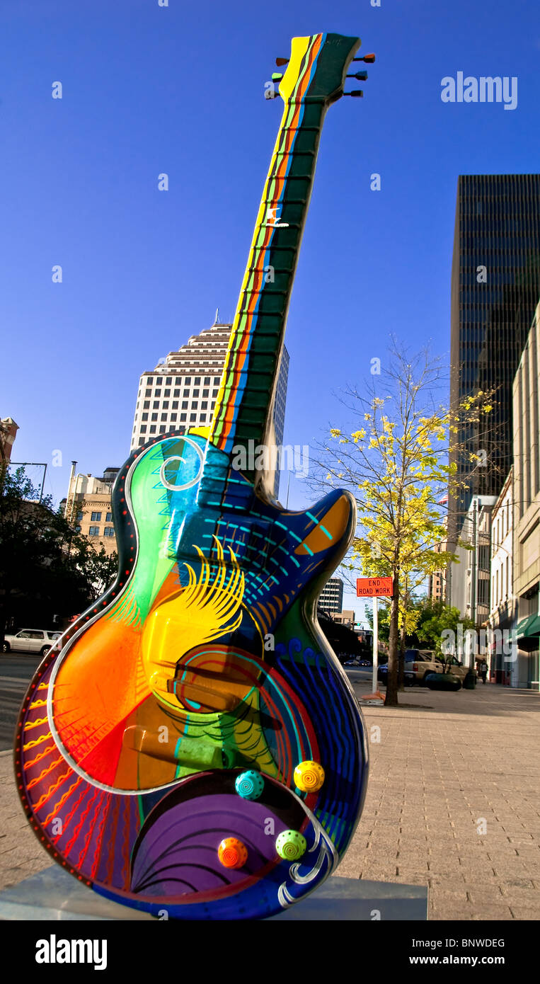 """""""Lebendigkeit"""", eine 10-Fuß-Gitarre-Skulptur von Craig Hein auf der Congress Avenue in der Innenstadt Stockbild"""
