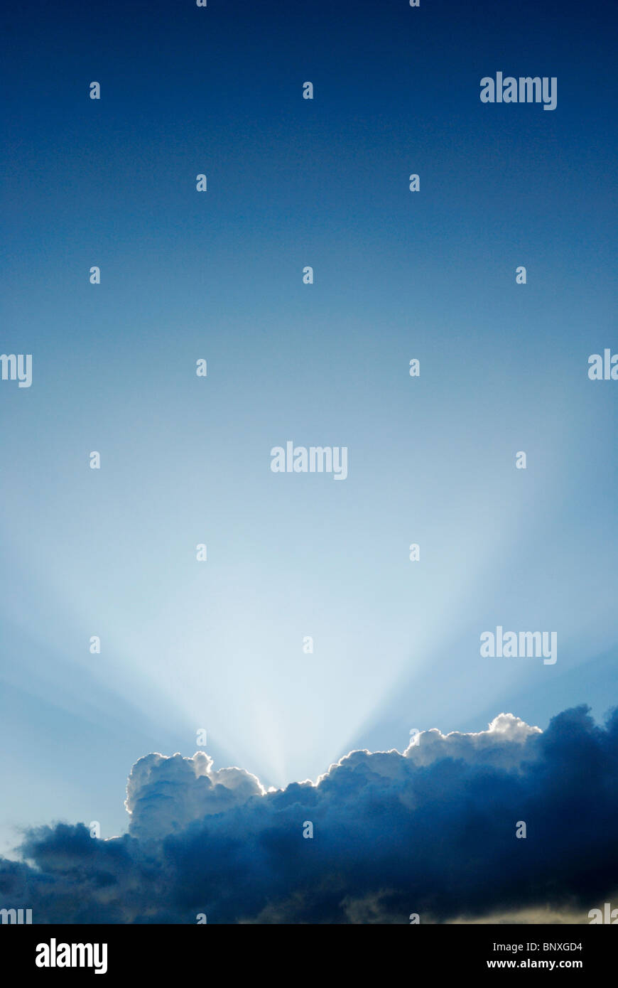 Strahlen des Lichts über Wolken Stockbild