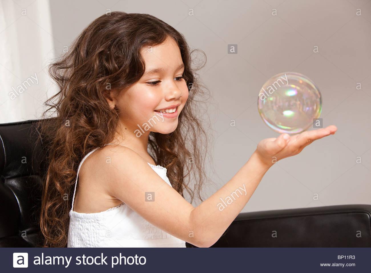 Mädchen halten Seifenblase Stockbild
