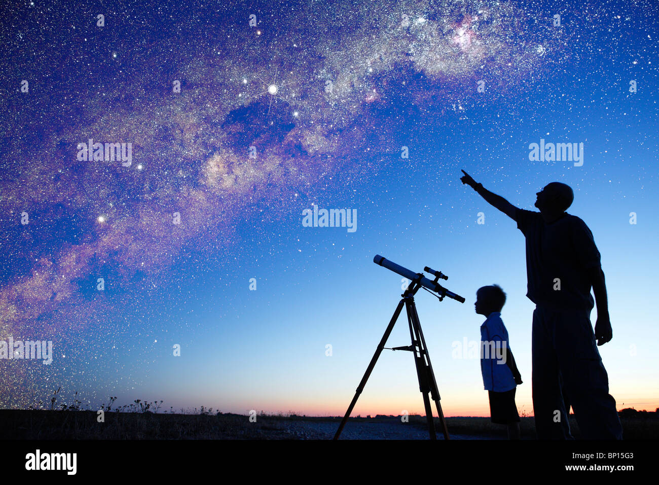 Man zeigt die Milchstraße zu kleinen Jungen, Teleskop Stockbild