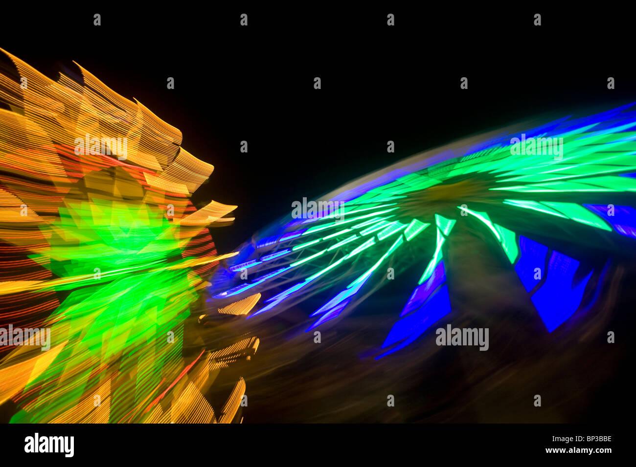 Abstraktion der Lichter einer Fahrt in einem Freizeitpark in der Nacht Stockbild