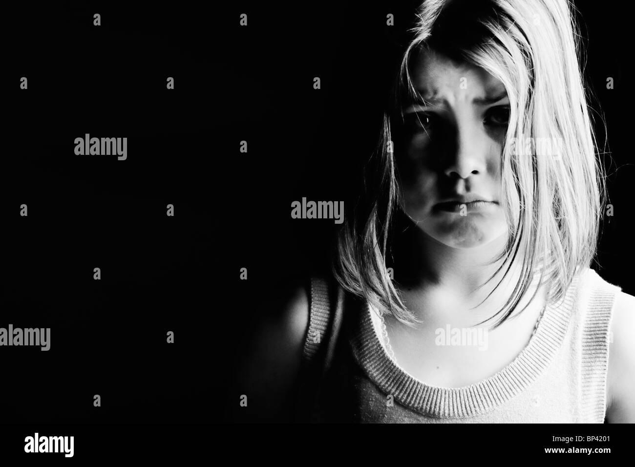 Leistungsstarke schwarz-weiß Schuss eines traurig aussehenden Kindes. Bilder der Vernachlässigung Stockbild