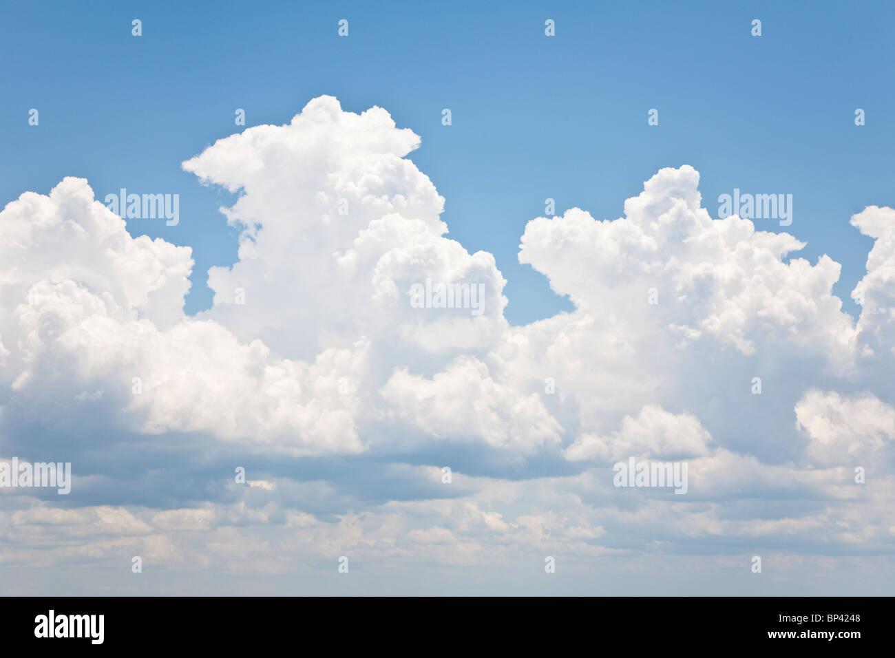 Lake George, FL - Mai 2010 - helle weiße flauschige Wolken am blauen Himmel Stockbild