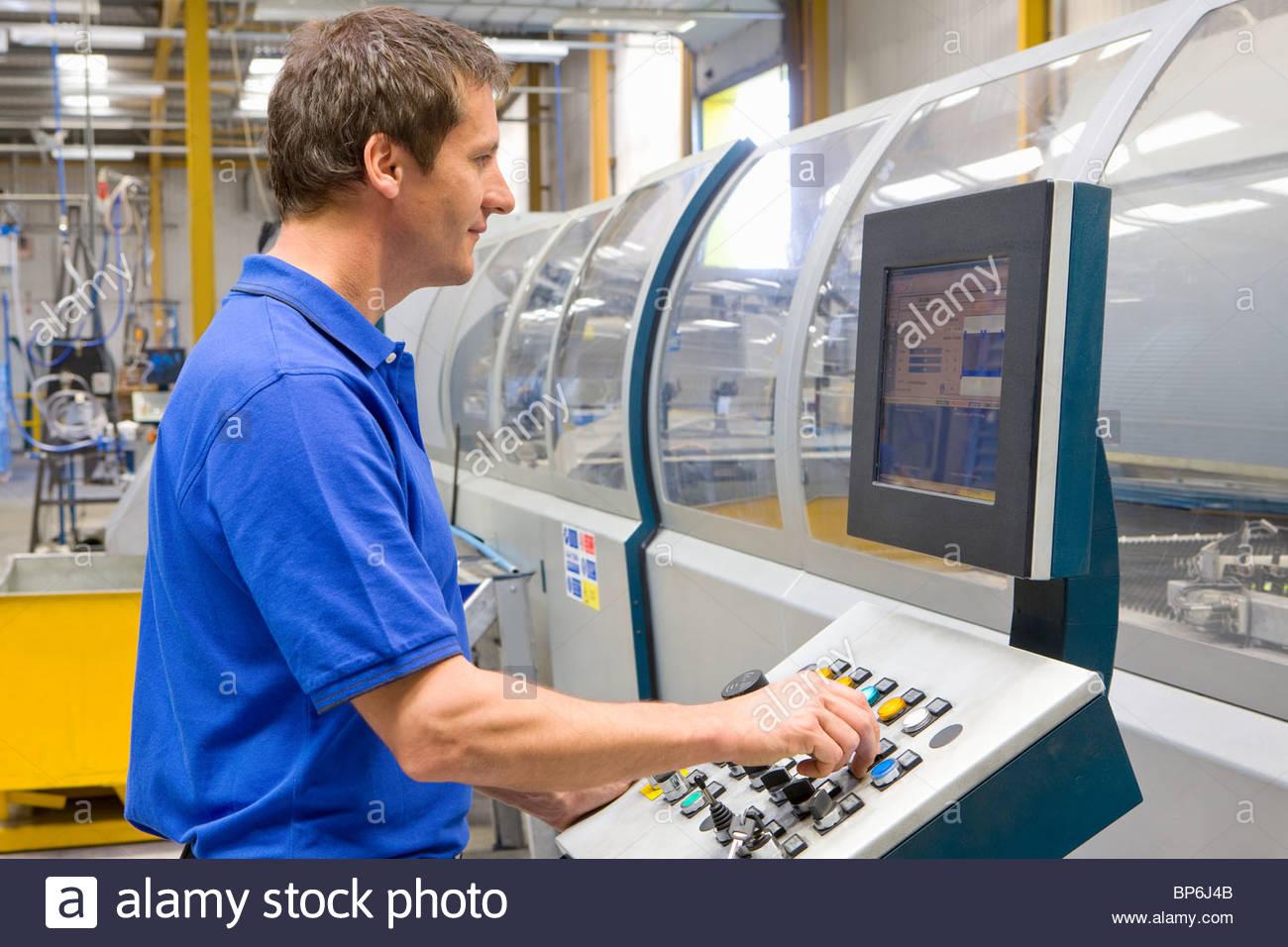 Arbeiter einstellen Tasten am Bedienfeld Fabrik Stockbild