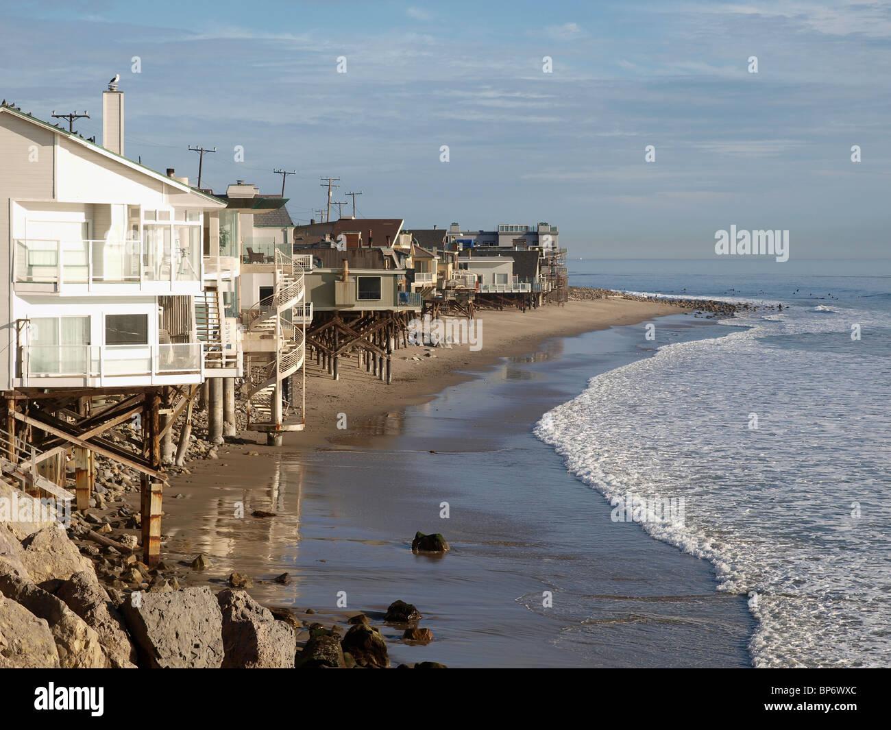 Eine Reihe von vorne Strandhäuser genießen der warmen Sonne Kaliforniens. Stockbild
