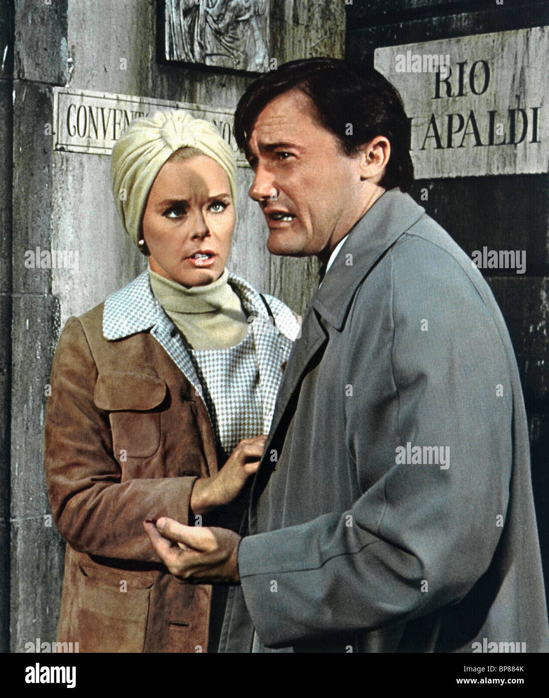 ELKE SOMMER & ROBERT VAUGHN DIE VENEZIANISCHE AFFÄRE (1967) Stockbild