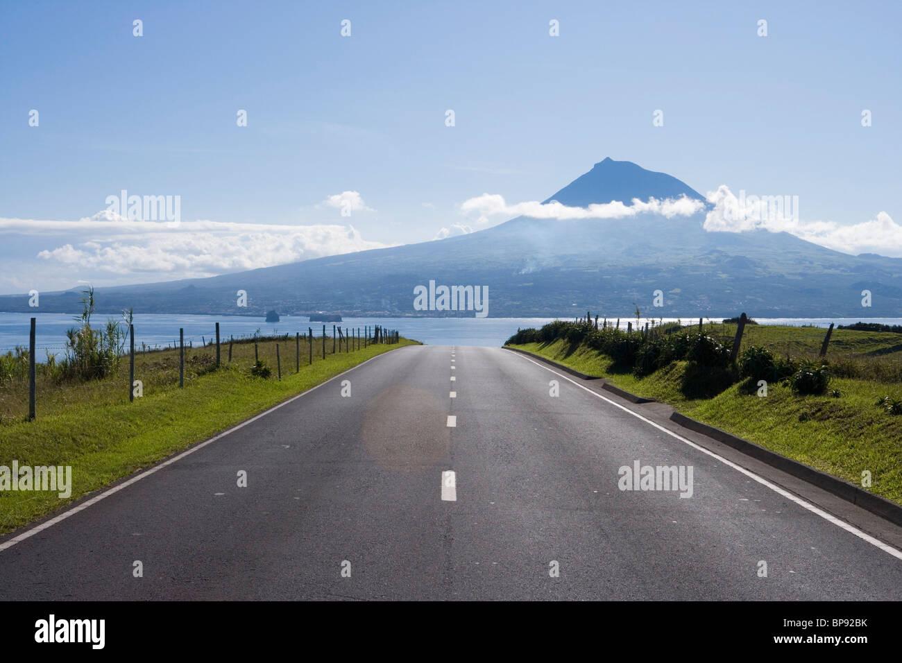 Straße mit Blick auf die Insel Pico Insel, Horta, Faial, Azoren, Portugal, Europa Stockbild
