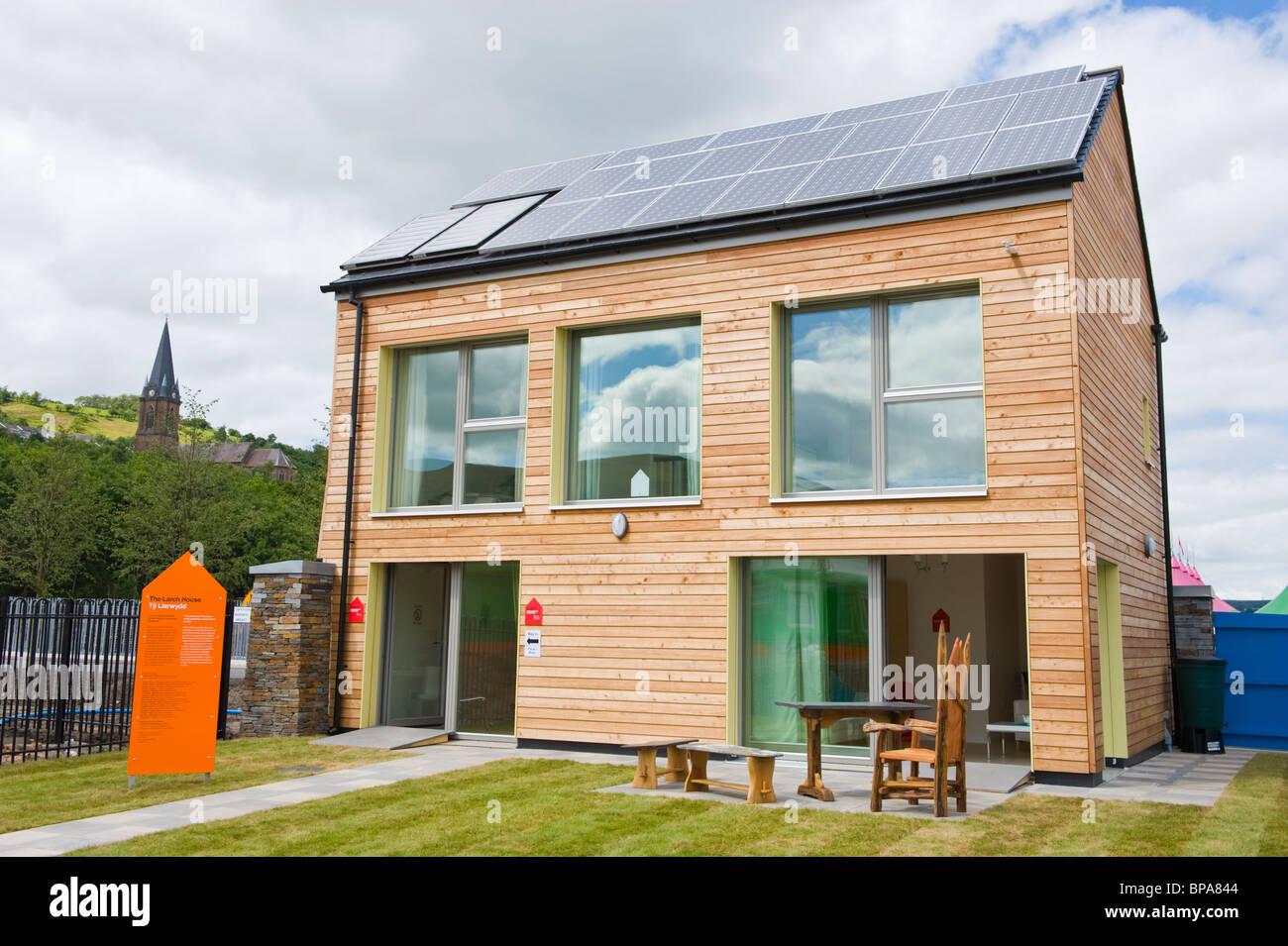 Holz verkleidet Null Kohlenstoff Passivhaus mit dreifach verglaste Fenster & Dach bedeckt mit Solarzellen für Stockbild