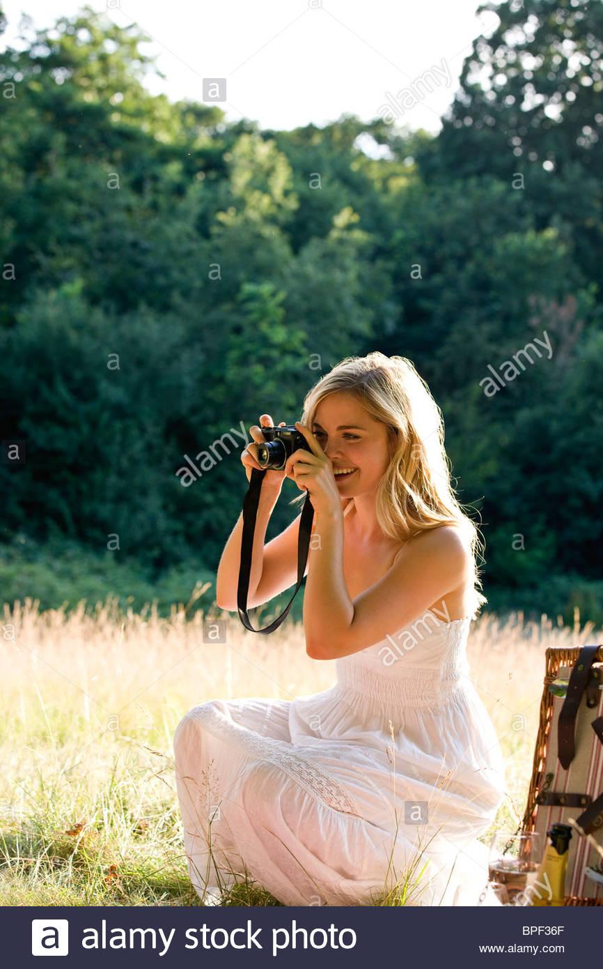 Eine junge Frau, die eine Aufnahme Stockbild