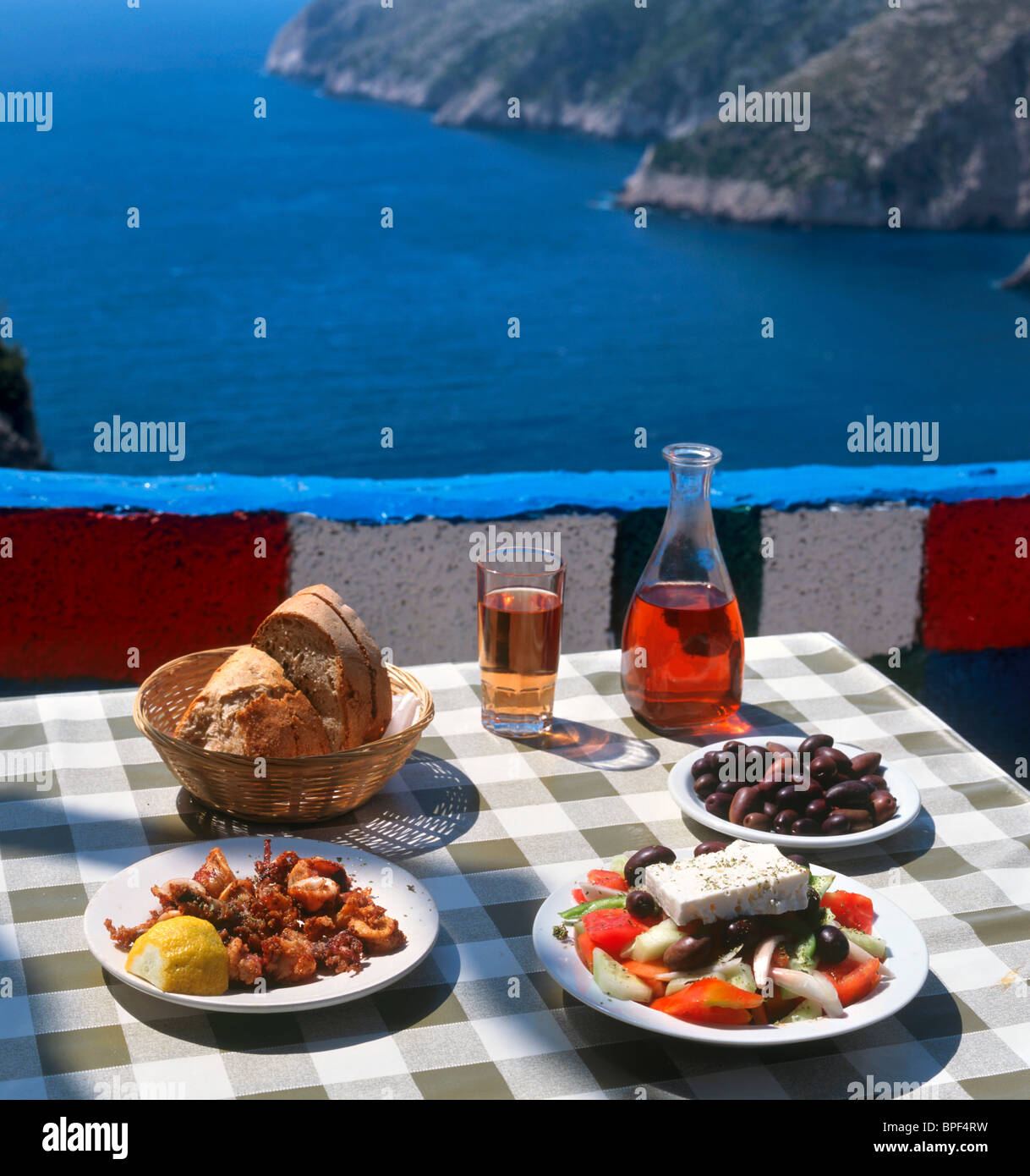 Griechisches Essen und Wein in einer Taverne in Kambi, Zakynthos (Zante), Ionische Inseln, Griechenland Stockbild