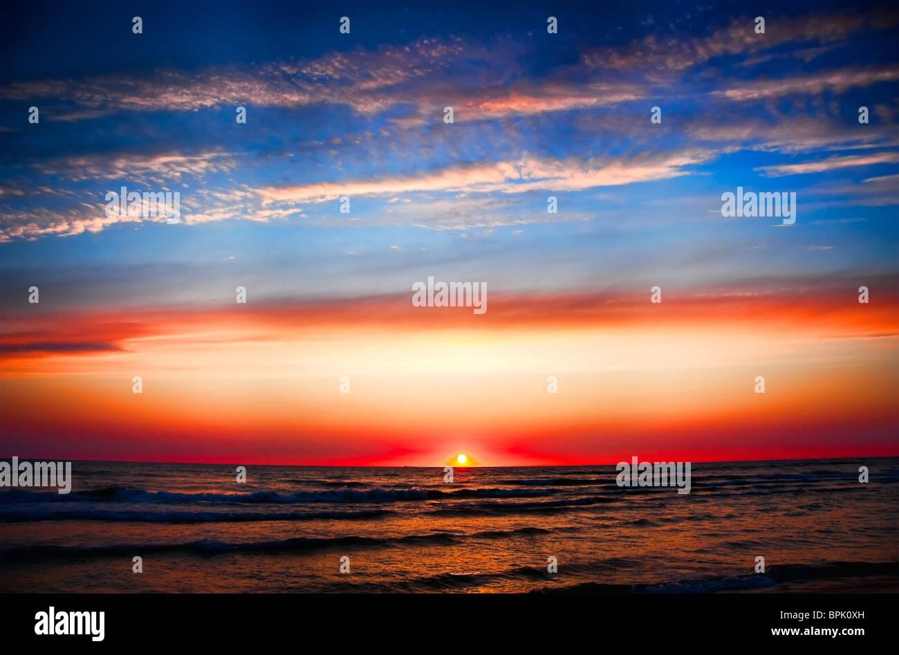 Sonnenuntergang am Meer Stockbild