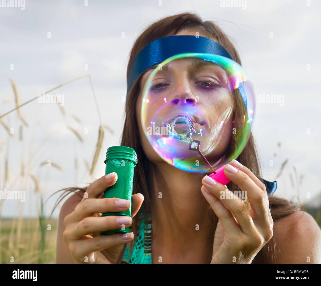 junge Frau Schönheit Seifenblasen in Sommertag Stockbild
