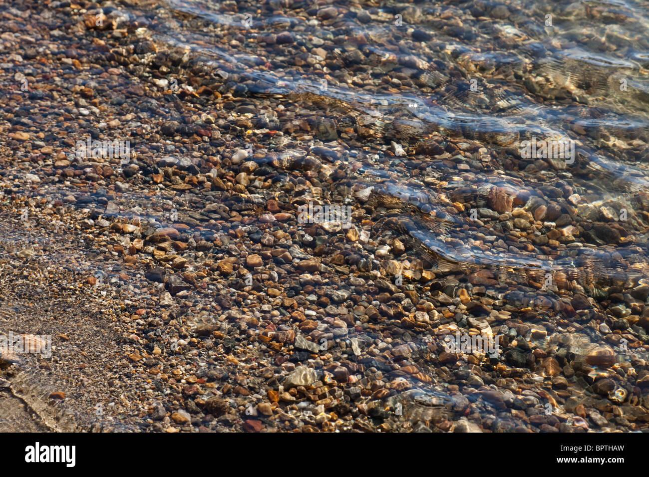 Wasser und Kies für Hintergrund Stockbild
