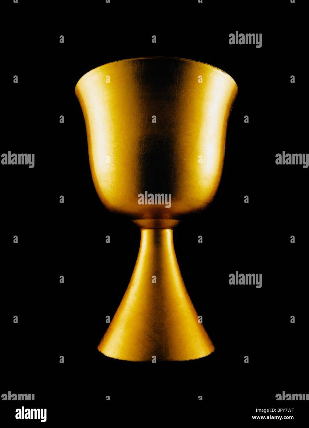Einen goldenen Kelch auf schwarzem Hintergrund erfassen die Herrlichkeit und die Autorität des Christentums. Stockbild