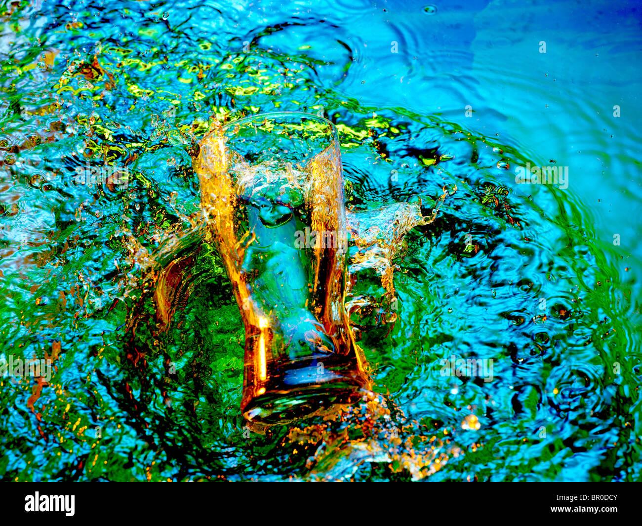 Glas, Spritzen und Wasserzeichen in Multi farbige Wasser Stockbild