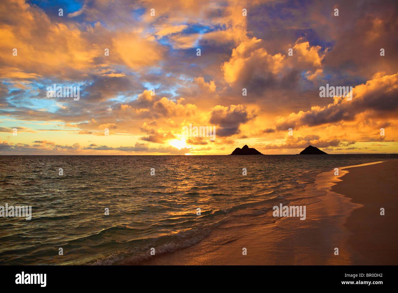 September-Sonnenaufgang über den Mokulua Inseln in Lanikai, Hawaii Stockbild